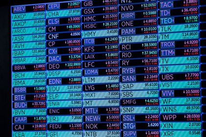 Una pantalla muestra información en el parqué de la Bolsa de Nueva York (NYSE), Estados Unidos, 18 de marzo de 2020. REUTERS/Lucas Jackson