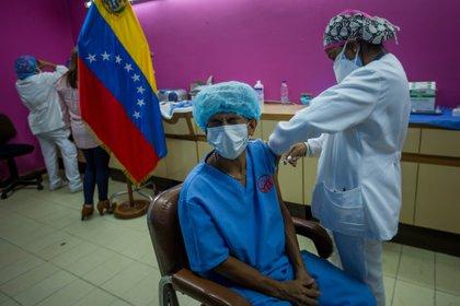 Trabajadores del hospital Domingo Luciani participan en una jornada de vacunación en Caracas (EFE)