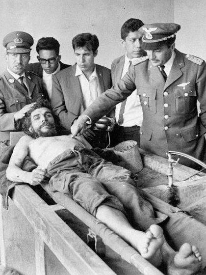 A la izquierda del cadáver del Che Guevara en el lavadero del hospital de Vallegrande, el Coronel Quintanillas