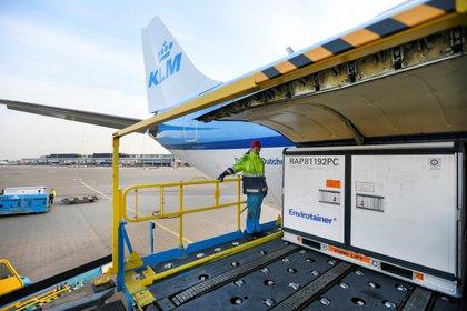 Un lote de vacunas se despacha desde el aeropuerto de Schipol en Holanda - REUTERS/Piroschka van de Wouw