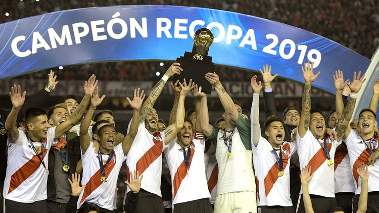 Argentinaâ??s River Plate footballers hold the trophy of the Recopa Sudamericana after wining the final football match against Brazilâ??s Athletico Paranense at the Monumental stadium in Buenos Aires, Argentina, on May 30, 2019. River won 3-0. (Photo by JUAN MABROMATA / AFP)