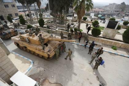 Tanques y soldados turcos juntocon milicias aliadas a Ankara en Afrin, norte de Siria (Reuters/ Khalil Ashawi)
