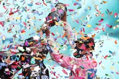 Sergio Pérez compartió el podio con Lewis Hamilton y Sebastian Vettel (Foto: Reuters/Tolga Bozoglu)