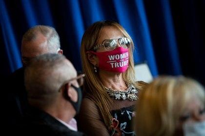 """Una mujer usa una mascarilla de """"Mujeres por Trump"""" en un evento de campaña en Orlando, Florida (Reuters)"""