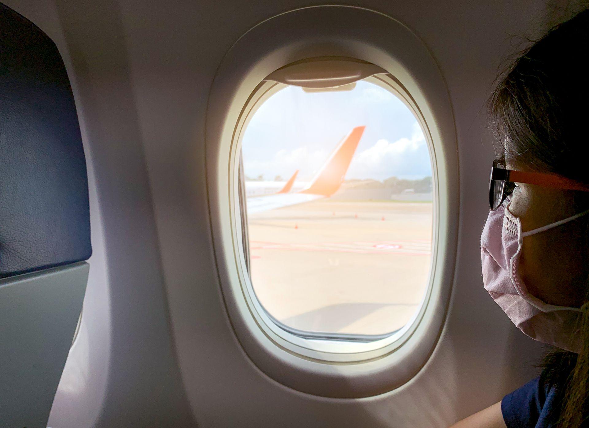 La mayoría de los aviones comerciales de pasajeros traen aire exterior en una dirección de arriba hacia abajo entre 20 a 30 veces por hora (Shutterstock)