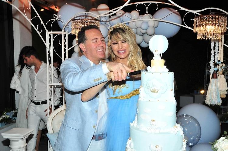 La pareja, cortando la torta de tres pisos