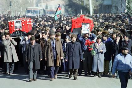 Azerbaiyanos riden homenaje a sus muertos en Ganja, cerca de la frontera con Armenia (AFP)