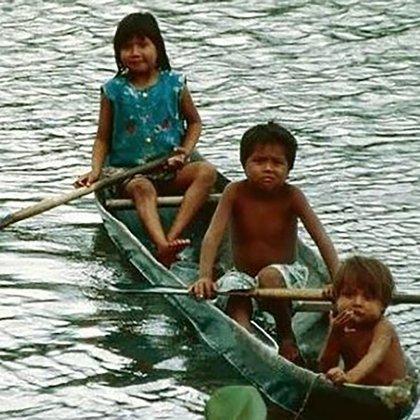 Niños indígenas navegan uno de los ríos venezolanos (Foto cortesía: Kapé Kapé)