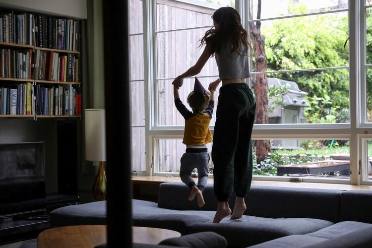 Para algunos de los afortunados que tienen un entorno hogareño seguro desde el cual pueden trabajar, el aislamiento ha tenido algunos efectos inesperados (REUTERS)