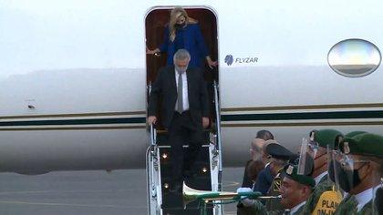 Cerca de las 6:50 de la mañana hora local, el presidente y la primera dama descendieron de la aeronave en el aeropuerto internacional Benito Juárez