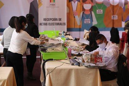 Personas fueron registradas este lunes al trabajar en el conteo de actas de votación en el centro de computo del Tribunal Electoral Departamental, en La Paz (EFE/Martín Alipaz)