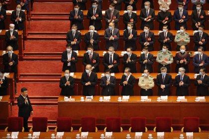 El presidente de China, Xi Jinping (izquierda), gesticula a su llegada a la sesión inaugural de la Conferencia Consultiva Política del Pueblo Chino, en el Gran Salón del Pueblo, en Beijing, el 21 de mayo de 2020. (AP Foto/Andy Wong, Pool)
