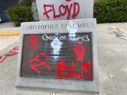 Fotografía difundida por el Departamento de Policía de Miami que muestra la placa pintada de la estatua de Cristóbal Colón ubicada en el centro de Miami en las afueras del Bayside Marketplace, un área al aire libre con tiendas y restaurantes ubicado frente a la Bahía de Miami y el puerto de cruceros.  EFE / Policía de Miami