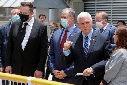 Elon Musk, fundador de Spacex (barbijo negro), el vicepresidente de los Estados Unidos Mike Pence y el titular de la NASA, Jim Bridenstine, a la espera del lanzamiento