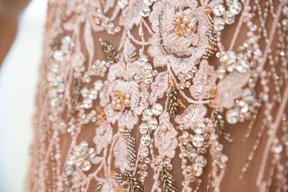 El detalle del bordado a mano del vestido de Gabriel Lage