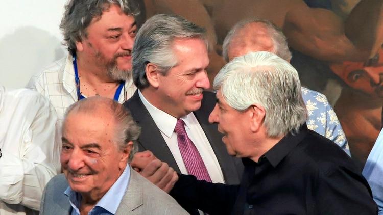 Alberto Fernández, con Hugo Moyano y Armando Cavalieri en la visita que hizo en noviembre pasado a la CGT
