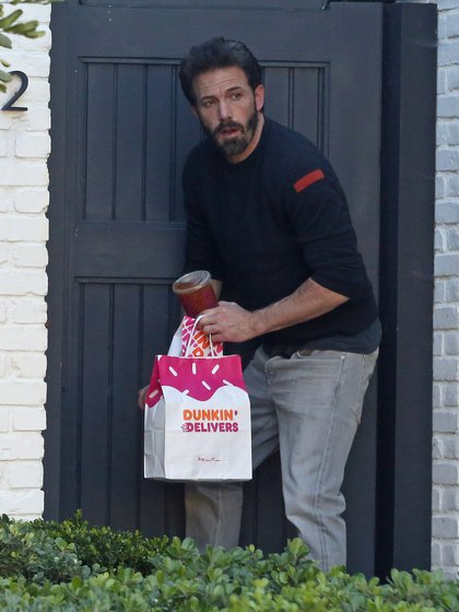 Ben Affleck a été vu entrer chez lui après avoir acheté des beignets et des boissons pour ses enfants.  C'est l'une des premières réapparitions de l'acteur au milieu des versions de séparation de l'actrice Ana de Armas