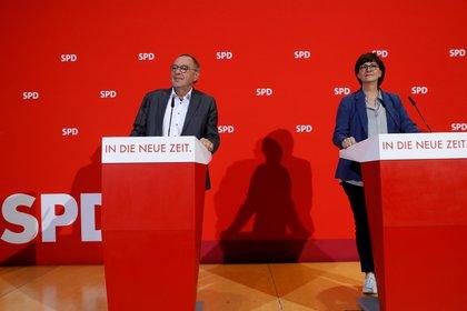 Los líderes del Partido Socialdemócrata de Alemania (SPD) Saskia Esken y Norbert Walter Borjans, el 23 de febrero de 2020. (REUTERS/Michele Tantussi)