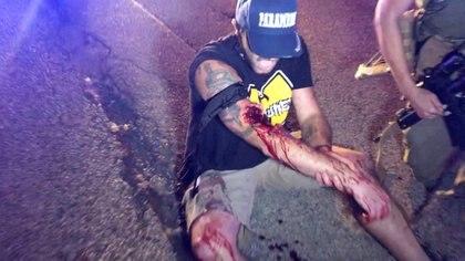 El jefe de la policía del Condado de Kenosha, David Beth, dijo a la prensa que su departamento investiga si el tiroteo fue resultado de un enfrentamiento entre los manifestantes que protestaban por la muerte de Blake y un grupo de hombres armados que al parecer protegían algunas tiendas. Beth añadió que las autoridades buscan a un hombre, cuya imagen aparece en videos de testigos, que machaba por la calle portando un arma larga. (INSTAGRAM / @LOURIEALEX/via REUTERS)