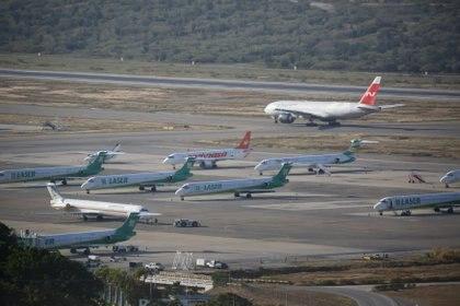 """La aeronave se prepara para el despegue en el aeropuerto internacional """"Simón Bolívar"""""""