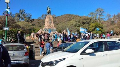 Protesta en el Monumento a Güemes, en la ciudad de Salta.