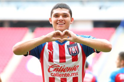 """El timonel dio el ejemplo de la delantera, que estaba siendo comandada por el joven Sebastián """"Chevy"""" Martínez (Foto: Twitter/ @TapatioCD)"""
