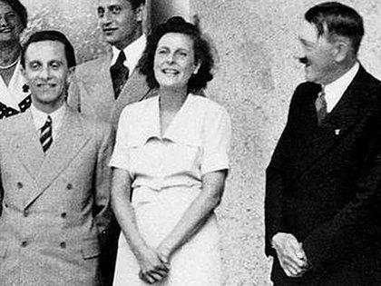 Leni Riefenstahl entre Goebbels y Hitler