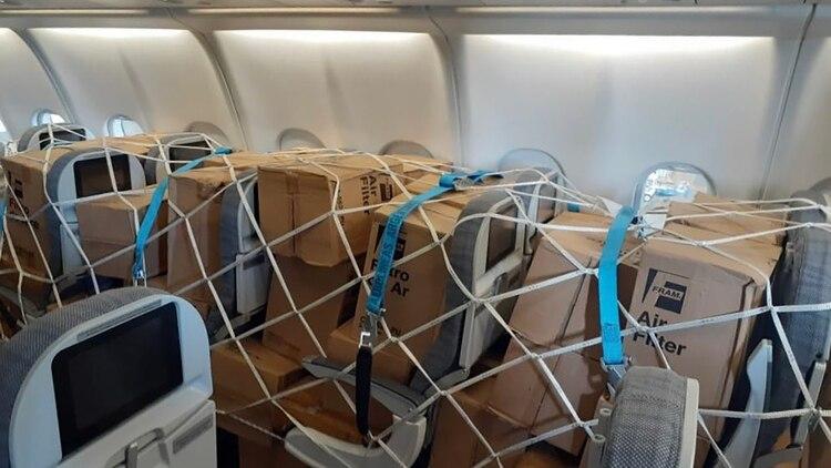 En el vuelo arribó una donación de una empresa farmacéutica de 170 mil tests para análisis epidemiológico