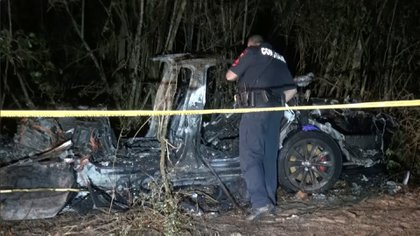 """Un accidente de un auto Tesla """"sin nadie al volante"""" dejó dos muertos en EEUU"""