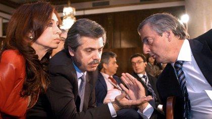 Conciliábulo entre Cristina Fernández, Alberto Fernández, entonces jefe de Gabinete, y Néstor Kirchner, en la Cumbre de Mar del Plata, 5 de noviembre de 2005 (Foto NA:presidencia)*
