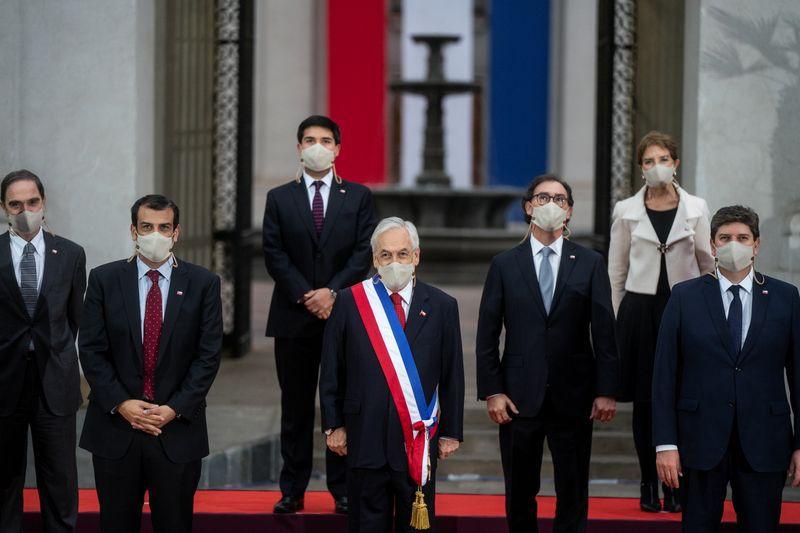 El presidente chileno, Sebastián Piñera, posa para una fotografía con su gabinete de ministros, en el Palacio La Moneda. (Foto Reuters)