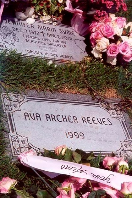 La tumba de Jennifer Syme y Ava Archer Reeves-Syme en Los Ángeles, California. (Foto: Archivo)