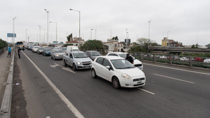 La fila de autos esperando por el control en Puente La Noria (Adrián Escandar)