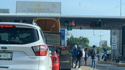 Durante los 15 días que la caseta fue tomada los presuntos manifestantes cobraron cuotas a los automovilistas (Foto: Twitter/@eldatomx)