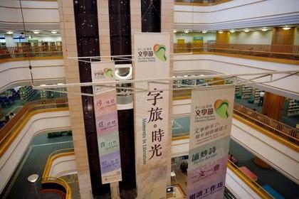 Una vista de la Biblioteca Central de Hong Kong después de que los libros de activistas  pro democracia fueron retirados debido a la ley de seguridad nacional en Hong Kong, China, el 6 de julio de 2020. (REUTERS / Tyrone Siu)