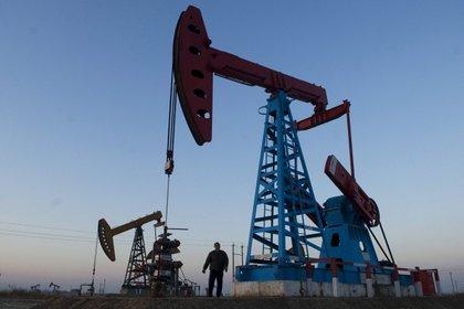 Petróleo acelera su caída; el Brent, por debajo de los 40 dólares