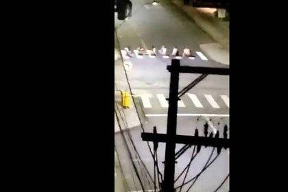 Rehenes ubicados a través de la calle para hacer de barrera humana (Captura de pantalla/Tv Globo)