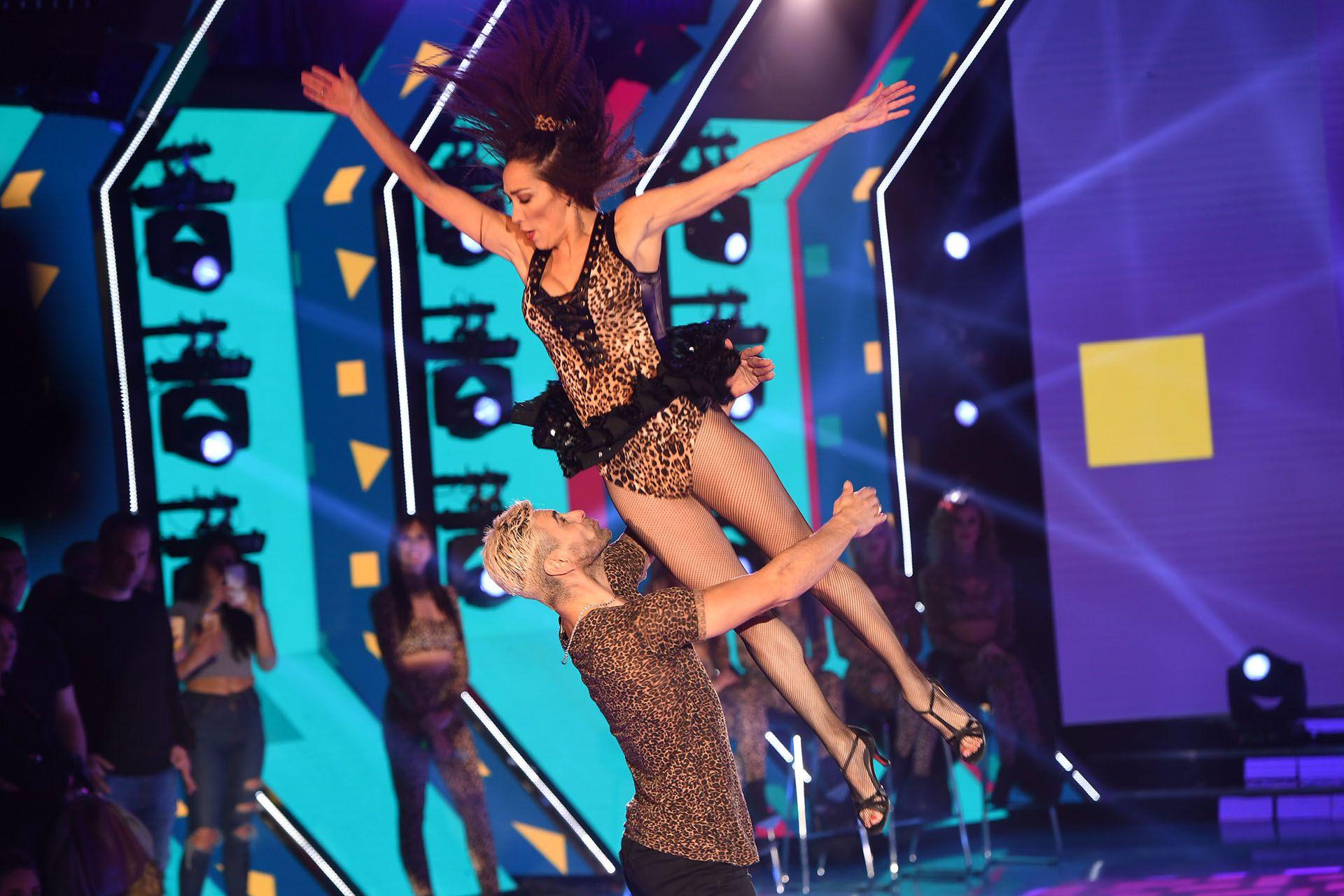 La pareja bailó un tema de Rodrigo Bueno
