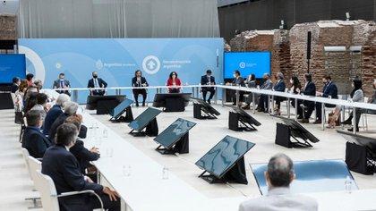 Funcionarios y empresarios en la reunión que se realizó en el Museo del Bicentenario