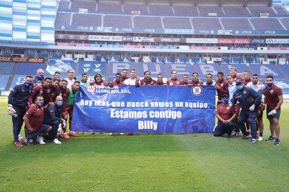 En agosto, antes de un partido de la Liga MX, jugadores salieron con una pancarta en apoyo a Billy Álvarez (Foto: Twitter/ @CruzAzulCD)