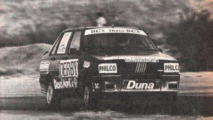 Lole en acción en el Autódromo de La Rioja, con Menem como acompañante (Archivo CORSA).