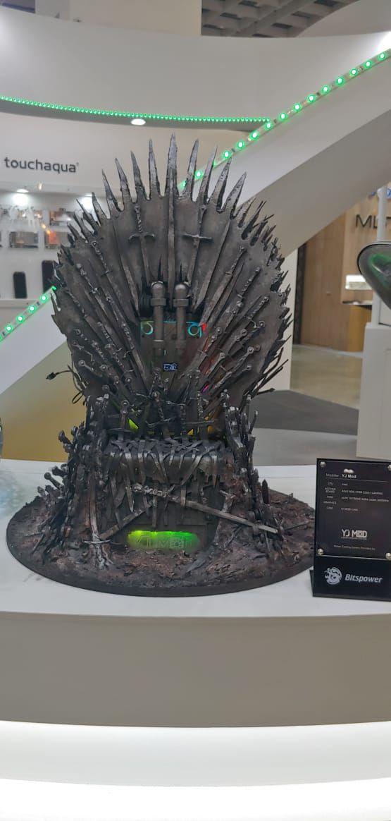 Una gabinete que replica el diseño del trono de hierro de Game of Thrones.