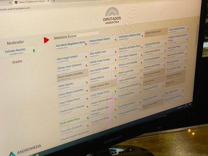 La plataforma convive con la Red Privada Virtual (VPN) de la Cámara de Diputados, con la que cada legislador valida su identidad a través del sistema de biometría del Registro Nacional de las Personas (Renaper) y da el quórum y un sistema diseñado en los últimos días para poder votar durante la sesión parlamentaria