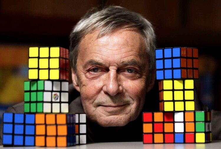 Según cálculos matemáticos el Cubo tiene más de 43 trillones (43.252.003.274.894.856.000) de posibilidades de permutaciones diferentes. De ahí su extrema dificultad.
