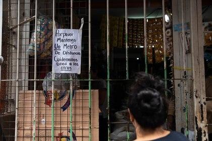 """""""Cuidémonos unos a los otros"""": un cartel en pleno paseo comercial de la Villa 31 durante la cuarentena"""