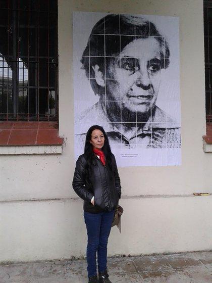 Ana María frente a la foto de su madre, desaparecida por la dictadura en diciembre de 1977
