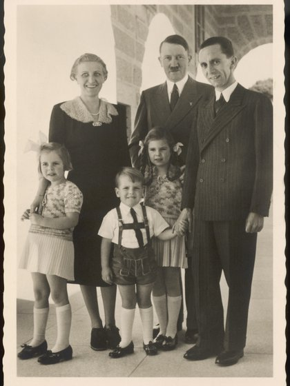 Hitler junto a Joseph y Magda Goebbles y tres de sus seis hijos (Historia/Shutterstock)