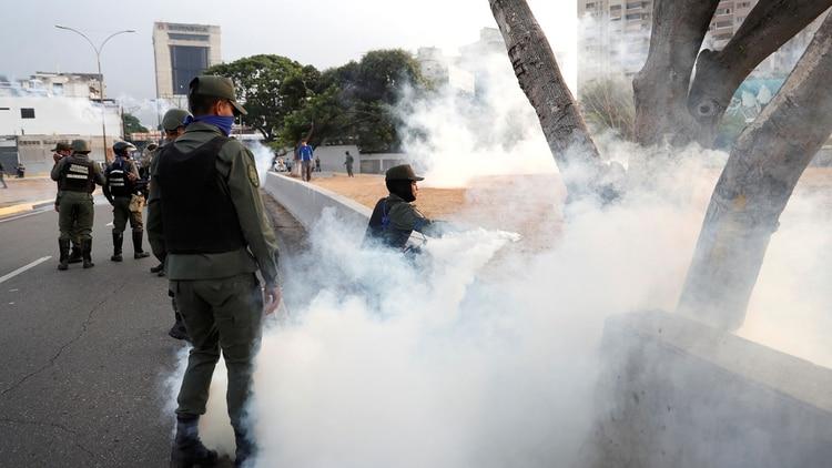 Miembros de la Guardia Nacional Bolivariana reprimen a la población y a los militares que apoyan a Guaidó (Reuters)