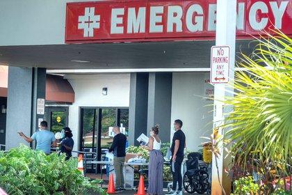Algunas personas con mascarillas esperan para ingresar al Hospital Hialeah en Florida, EE. UU., el pasado 9 de julio de 2020 (EFE/EPA/CRISTOBAL HERRERA-ULASHKEVICH/Archivo)