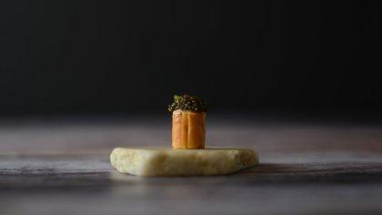 Snack de salmón con caviar servido sobre un trozo de mármol blanco. (Alo's)